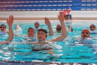 Le Grand Bain Gilles Lellouche piscine mains levees